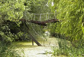 Brückenreste im grünen Spreepark Berlin
